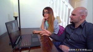 Novinha flagra seu pai vendo porno e se masturbando e depois fode com ele