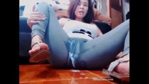 Estudante novinha gozando nas calças de ioga forçado pela web cam