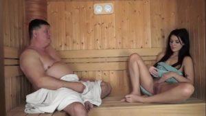 Papai safado velho fode filha jovem perfeita na sauna com incesto familiar