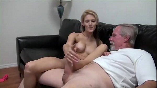 Freeporno Filha comendo pai safado pela buceta em sexo quente no sofá