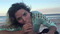 Mulher Batendo Punheta e chupando o pau grosso do namorado na praia