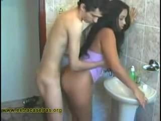 Buceta Lisa da Moreninha recebendo pau no banheiro do magrelo