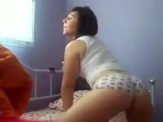 Gatinha perfeitinha gravou video sensual de shortinho enfiado na raba