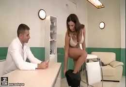 Doutor fode a paciente gostosa, se aproveita dela e come com força