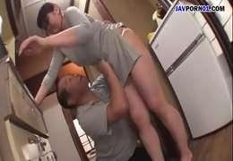 Pai Excitando a Filha enquanto ela faz as coisas de casa.